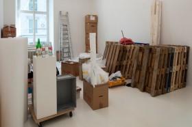 Per Palette ins Museum: Anlieferung der Werk für die Ausstellung «Zwischenlager», 2011, im Helmhaus Zürich.